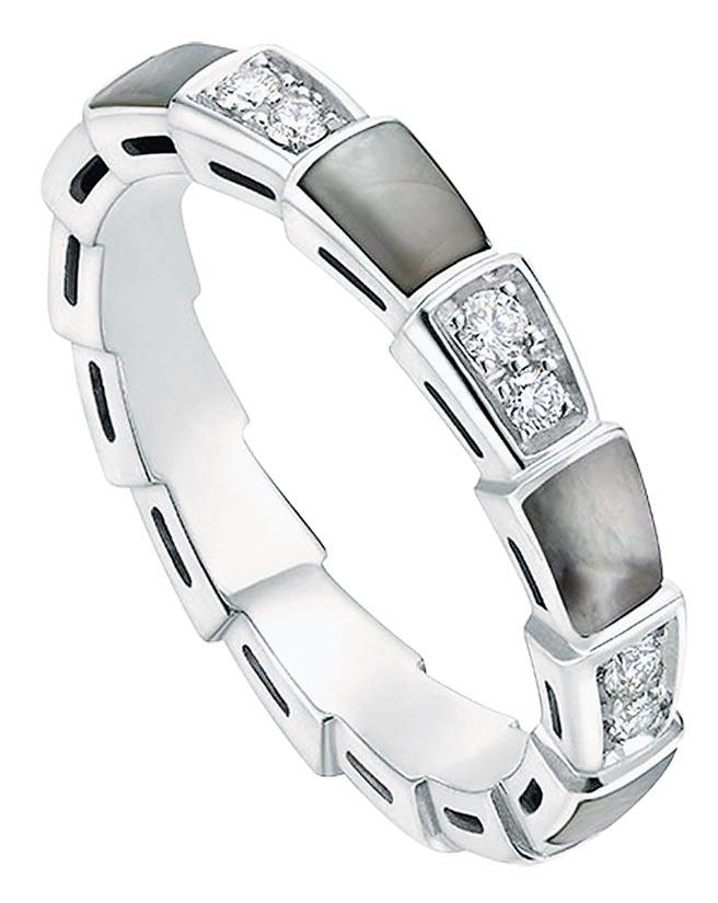 寶格麗SERPENTI VIPER白K金鑲珍珠母貝與鑽石戒指,約10萬9400元。(寶格麗提供)