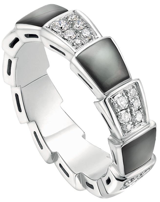 寶格麗SERPENTI VIPER白K金鑲珍珠母貝與鑽石寬版戒指,價格店洽。(寶格麗提供)