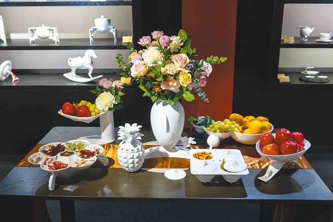 八方新氣除有典藏級作品外,不少茶具擺設兼具美感與實用性,不論年節送禮或自用都合適。(八方新氣提供)