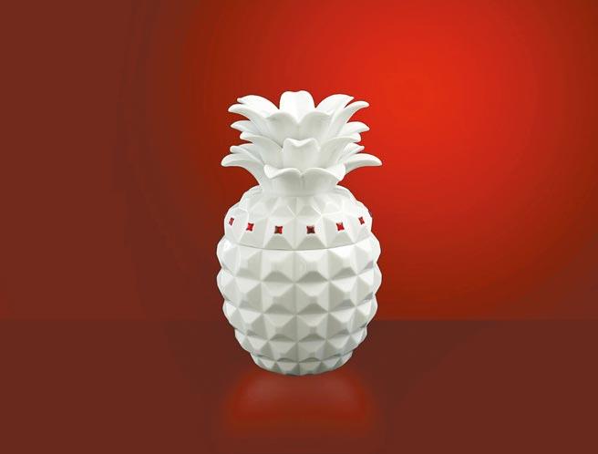 1.「福旺滿堂」以鳳梨為造型討好彩頭,潔白瓷器以紅色飾品點綴,十分典雅,1萬1860元。(八方新氣提供)