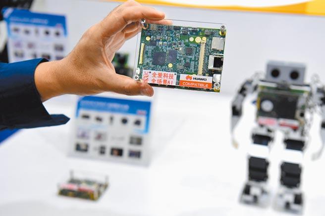 大陸力爭關鍵核心技術突破,圖為深圳舉行第二十二屆中國高交會,11月11日,參展商展出機器人主板晶片。(中新社)