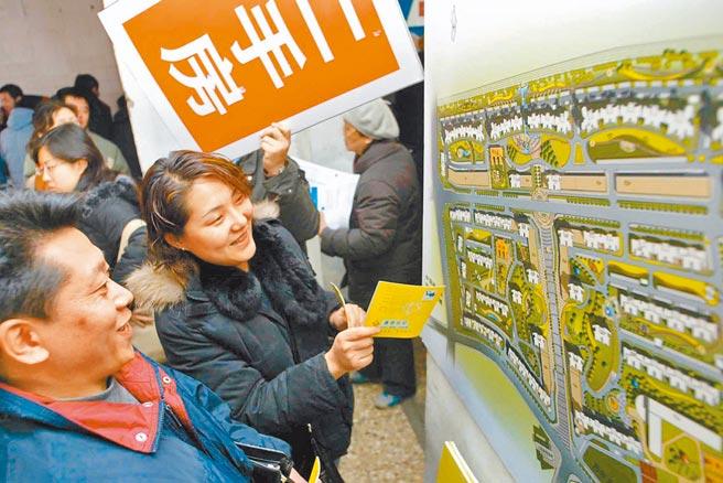 北京民眾查看二手房源。(新華社資料照片)