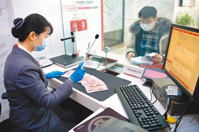 山西省太原市某銀行職員為民眾辦理業務。(中新社資料照片)