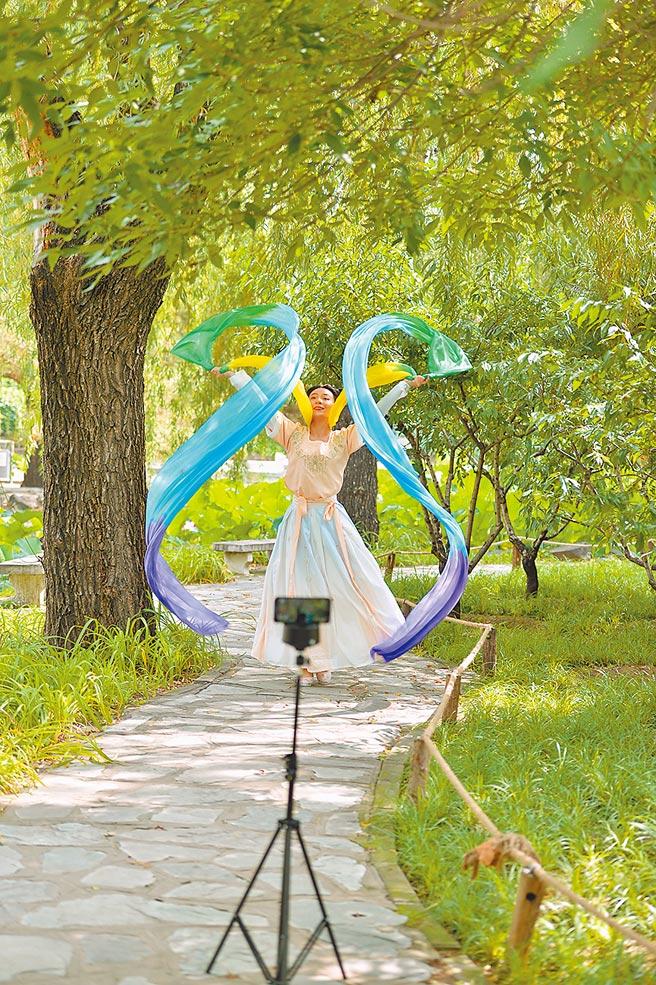 北京一公園內,一名短影片製作者在錄製作品。(中新社資料照片)