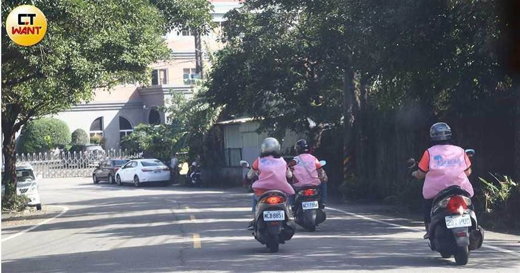三芝地形遼闊,志工們得騎機車翻越山嶺,將溫暖送到獨居長輩身旁。(圖/黃鵬杰攝)