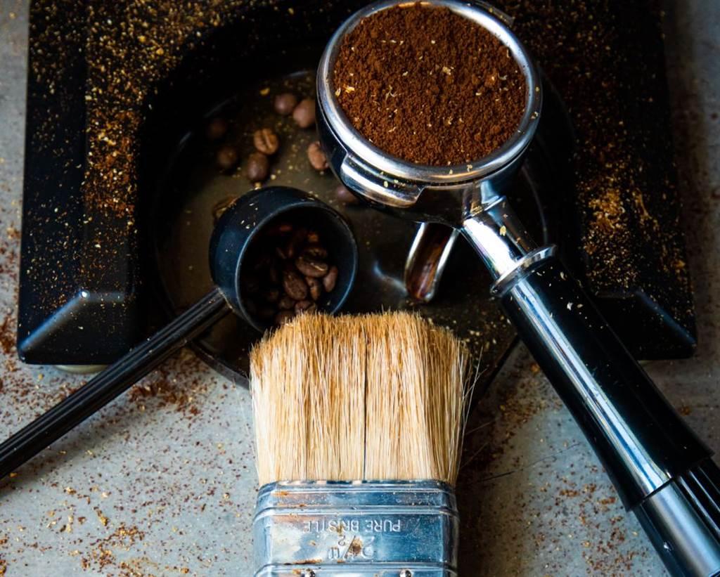 喜歡從磨豆開始煮咖啡的人,個性往往比較獨立。(示意圖/Unsplash)