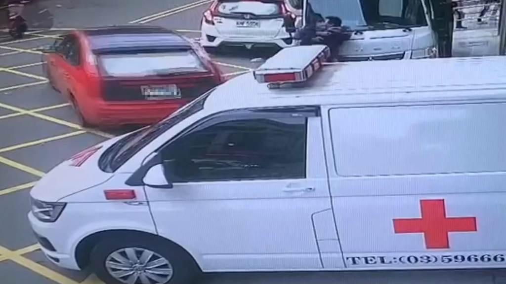 籍姓男子(白衣)9日下午前往醫院急診就醫,離開前由友人駕駛的紅車、白車接應,其一名男友人暫時扣住警察行動,籍男趁隙逃逸。(翻攝照片/莊旻靜新竹傳真)