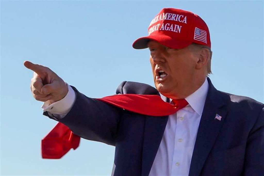 在德州向最高法院對4搖擺州提告選舉違憲後,另外17州也加入德州行列,川普也宣布參戰,要求最高法院排除被告搖擺州內的選票。(美聯社)