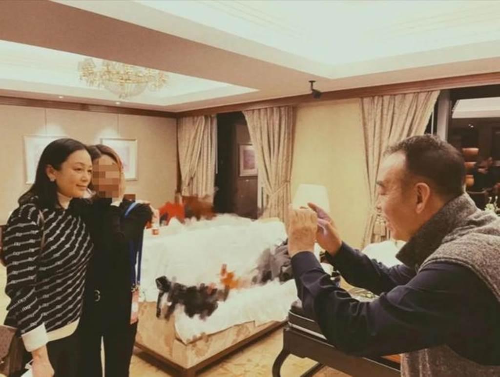 網友偶遇陳紅要求合影。(圖/取自新浪娛樂)