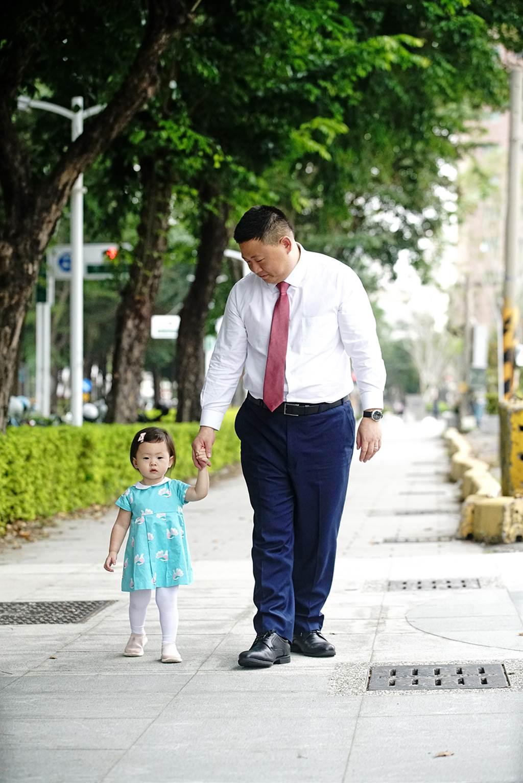 牽著小女兒的禹道瑞,散發有女萬事足的好爸爸光芒。(圖/曾信耀攝)