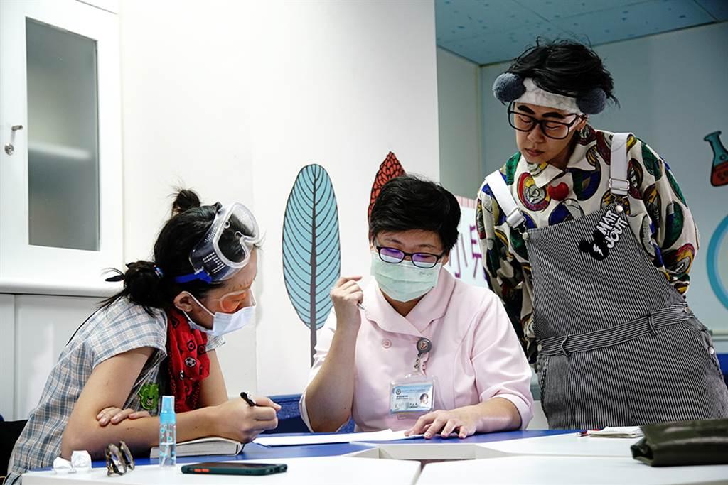 紅鼻子醫生工作流程中的病情記錄交班非常重要,包括病童性別、治療等,必須根據每位病童設計表演內容。(攝影/曾信耀)