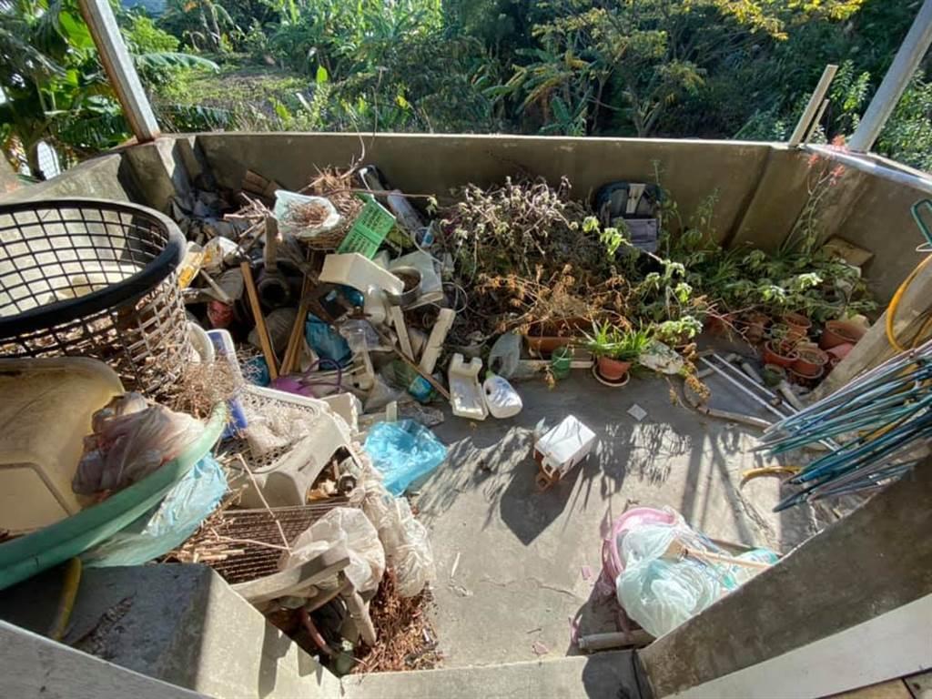 房客租屋20年突然不見了,房東登門找人才發現,房子變成廢墟,屋內和陽台到處都是垃圾。(圖/翻攝自爆怨公社)