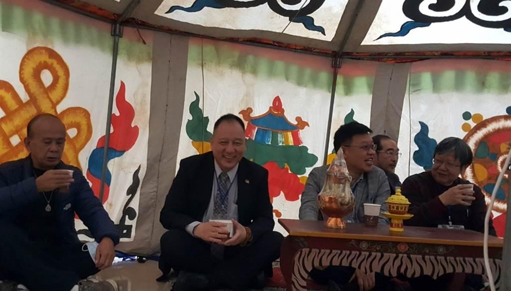 玄奘大學簡紹琦校長與貴賓及校內主管,在帳篷中享用酥油茶。(玄奘大學提供)