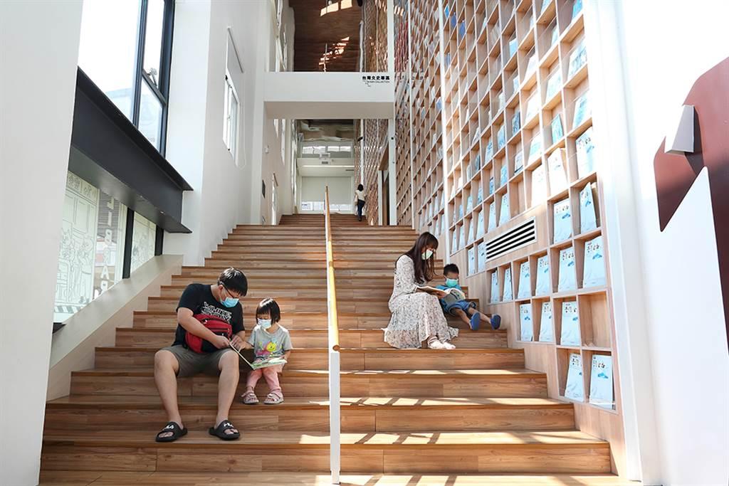 空間挑高的階梯書牆,常有民眾坐著看書,呈現「書中有人,人手一書」的景致。(攝影/Carter)