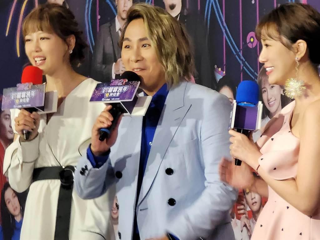 「台中麗寶跨年雙演唱會」的主持人,由王仁甫挑大樑,搭配嚴立婷和Apple三人共同主持。(王莫昀攝)