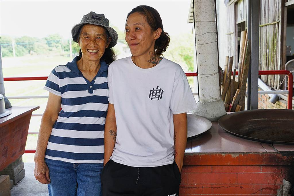 林滿金和二女兒邱嘉毓堅持手工製作柴燒年糕,傳遞阿嬤的古早味。(攝影/Cindy Lee)