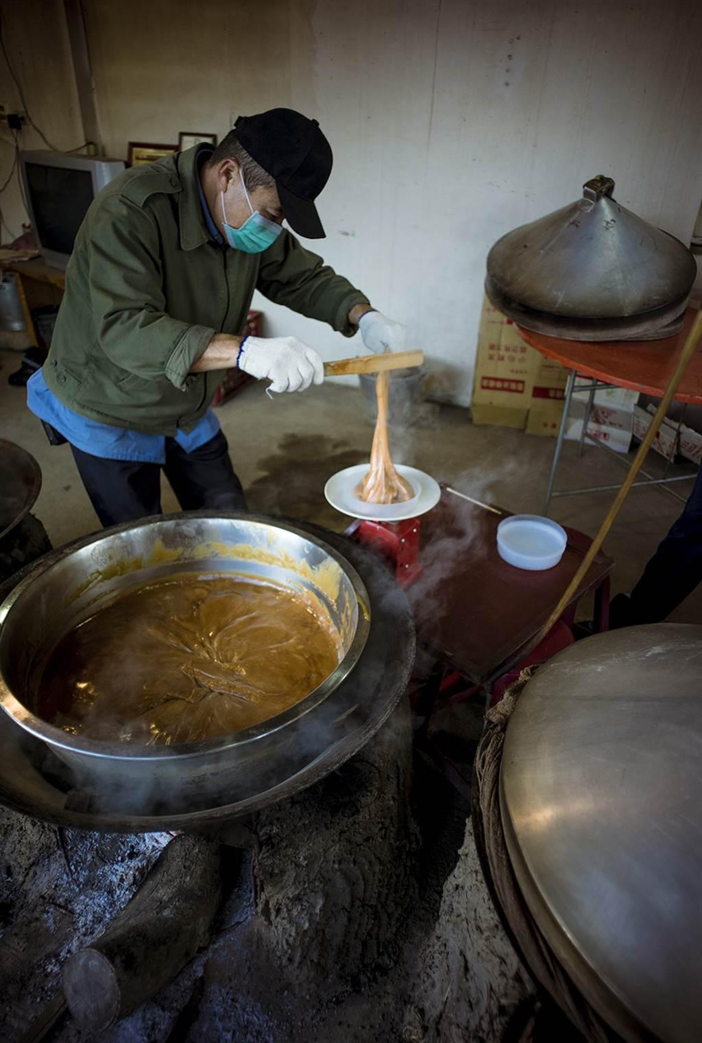 剛起鍋的琥珀色年糕,如麥芽糖一般黏稠。(照片提供/滿金商行)