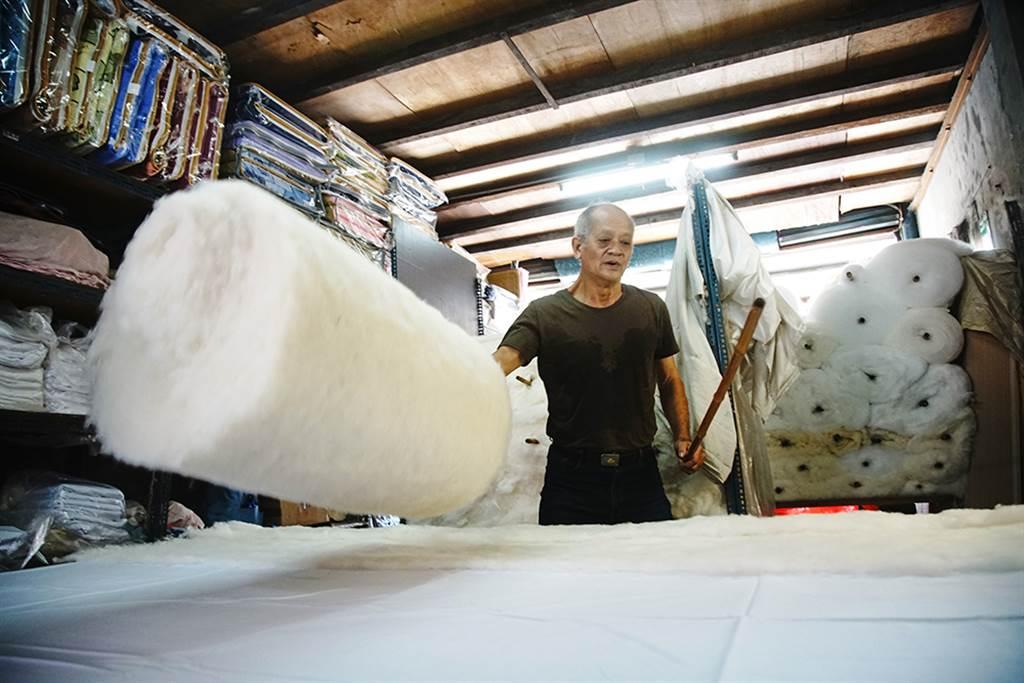 陳君明透露,橫向、縱向鋪棉,交叉鋪層,正是手工棉被無法被機器取代的關鍵技術。(攝影/曾信耀)
