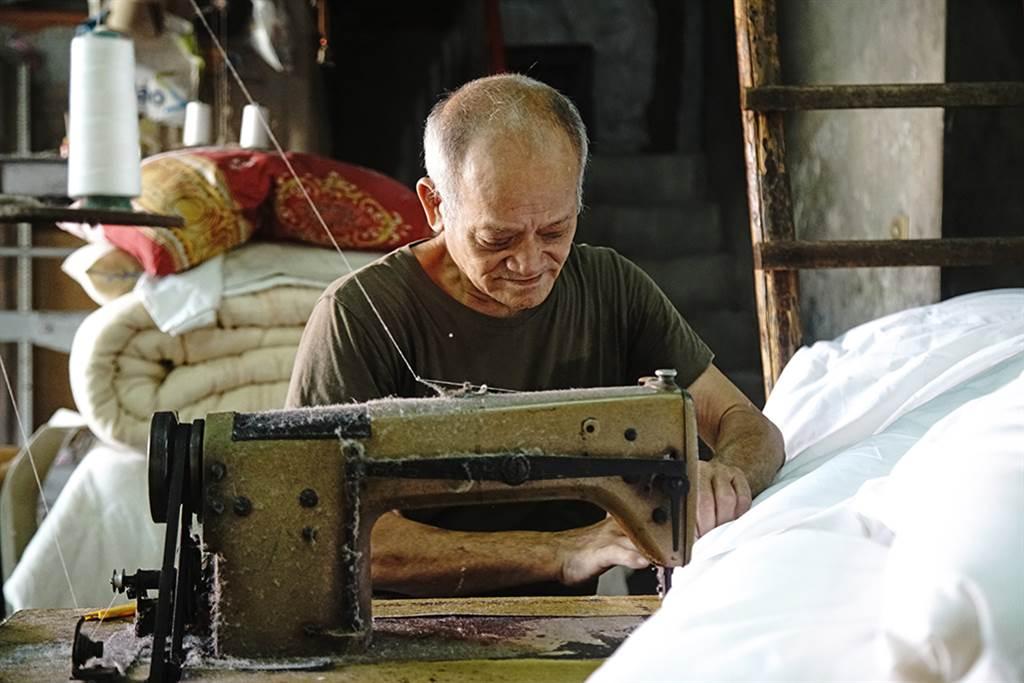 一床手工棉被通常都是一個棉被師傅,從開棉到車縫獨立完成。(攝影/曾信耀)