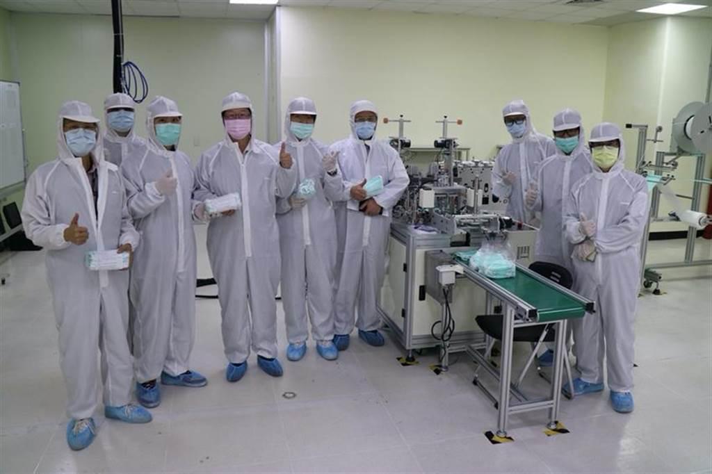 (鴻海科技集團土城頂埔廠內的首條口罩產線已於今年三月試產驗證成功,隨即加入口罩國家的行列。圖/鴻海提供)