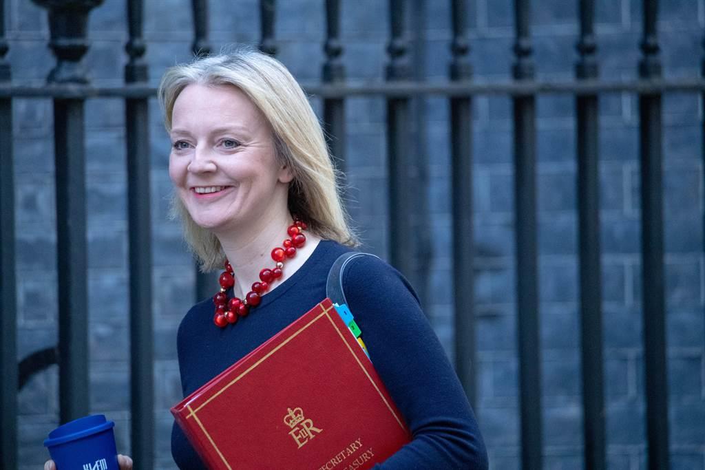 英國國際貿易大臣特拉斯(Liz Truss)與新加坡貿工部長陳振聲今天於新加坡簽署雙邊自由貿易協定。圖為特拉斯。(圖/shutterstock)