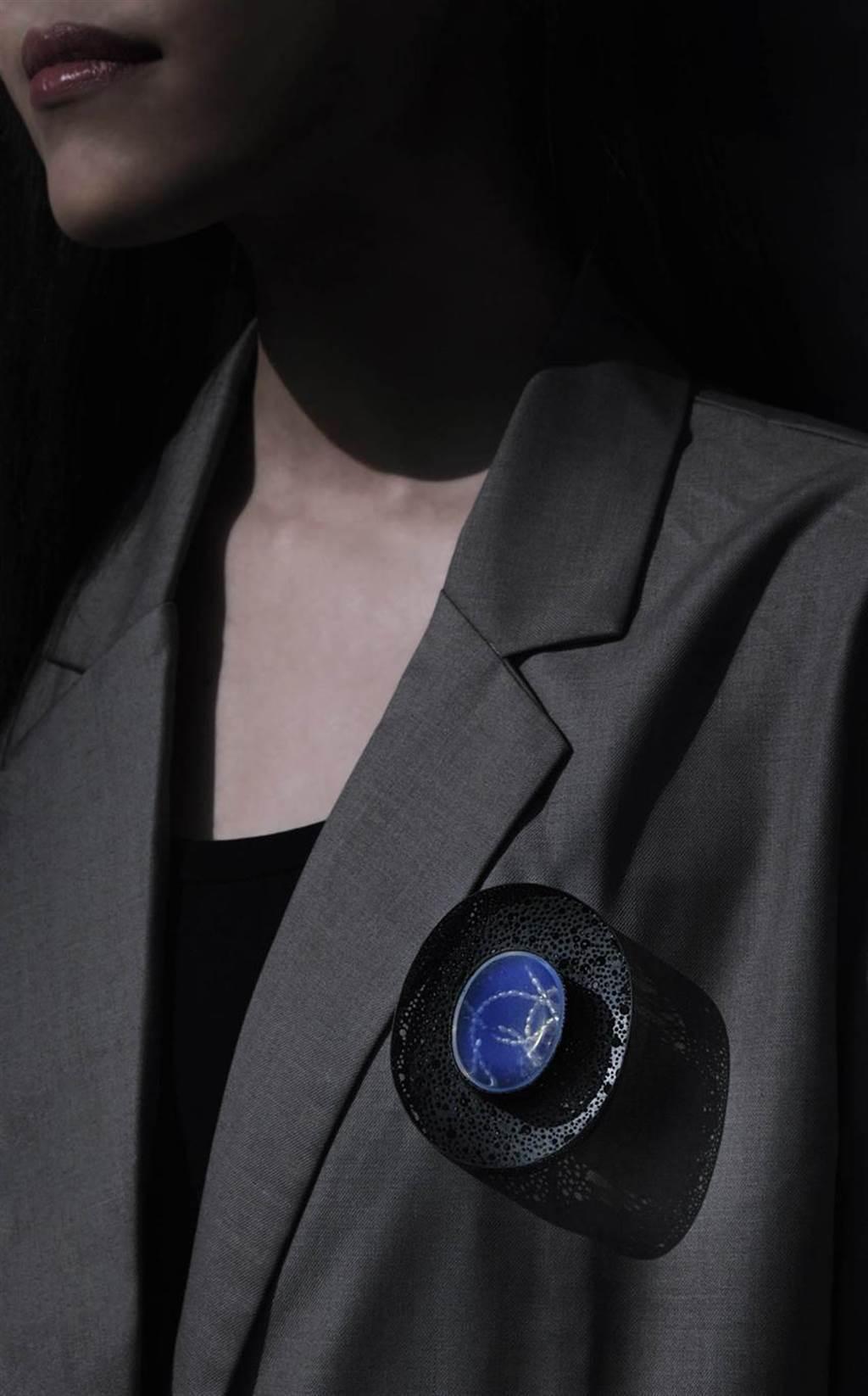 (ALIEN美術館餐廳空間規劃藝術精品概念選物計畫,展出當代首飾藝術家謝旻玲的作品。圖/金馬賓館當代美術館提供)