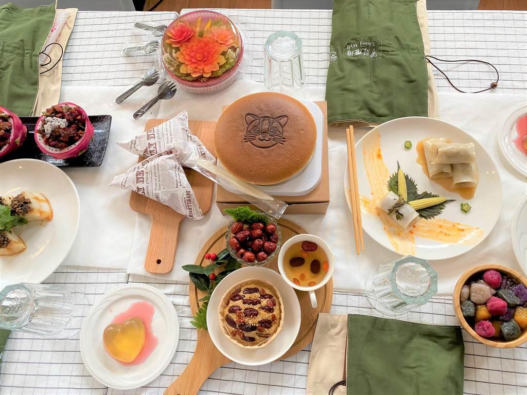 苗栗縣政府推動返鄉青年創新農遊美食輕旅行,為激發創意與調理方式,舉辦「2020苗栗之星創意美食料理競賽」,10日頒獎典禮上,創意佳餚一字排開、香味撲鼻。(巫靜婷攝)