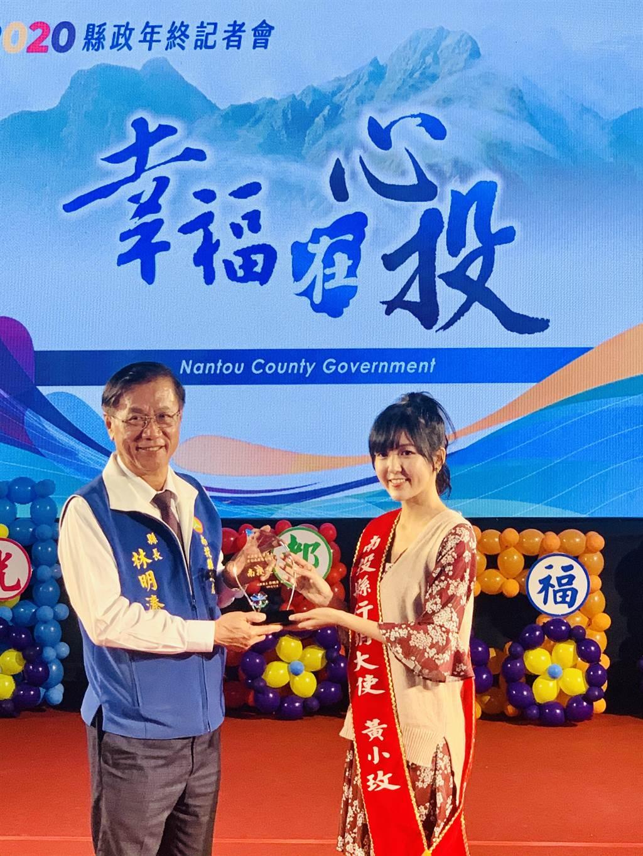 南投縣長林明溱(左),邀請創作才女黃小玫擔任行銷大使。(廖志晃攝)