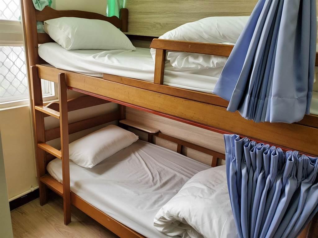 華山教育農園的寢具、冷氣、衛浴全面換新,增加床簾、手機充電孔、閱讀燈等現代人所需設備。(周麗蘭攝)