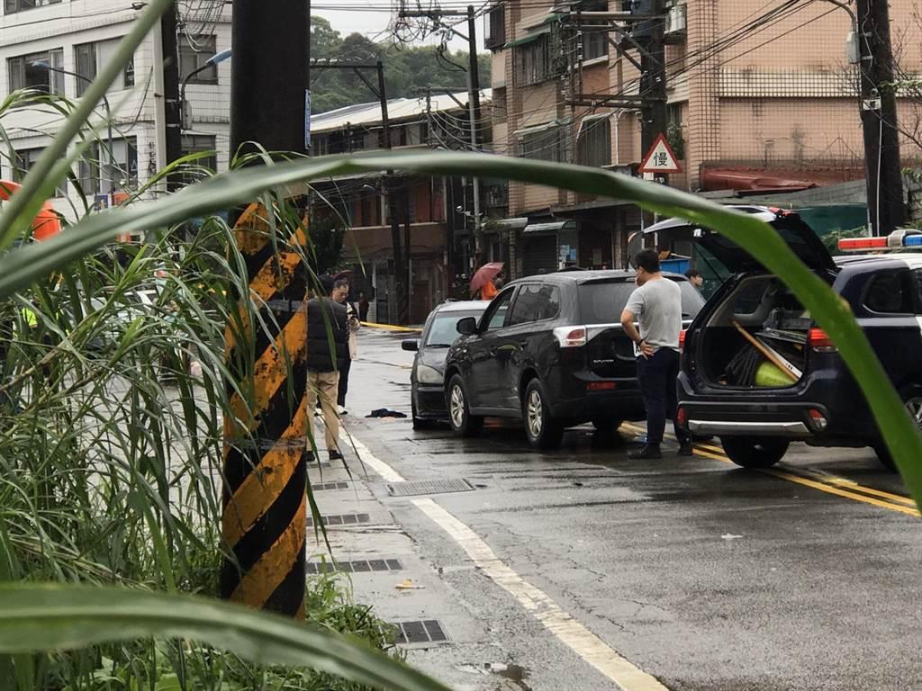歹徒駕駛黑色轎車衝撞警方,員警為自保開槍。(陳彩玲攝)