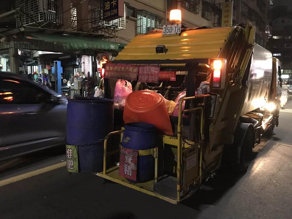 42歲魏姓女社區清潔員倒垃圾時,疑因隨車清潔員操作不慎,讓她當場遭新莊垃圾車絞斷3指,她將申請國賠、對新北市政府、清潔隊員提告。(戴上容攝)