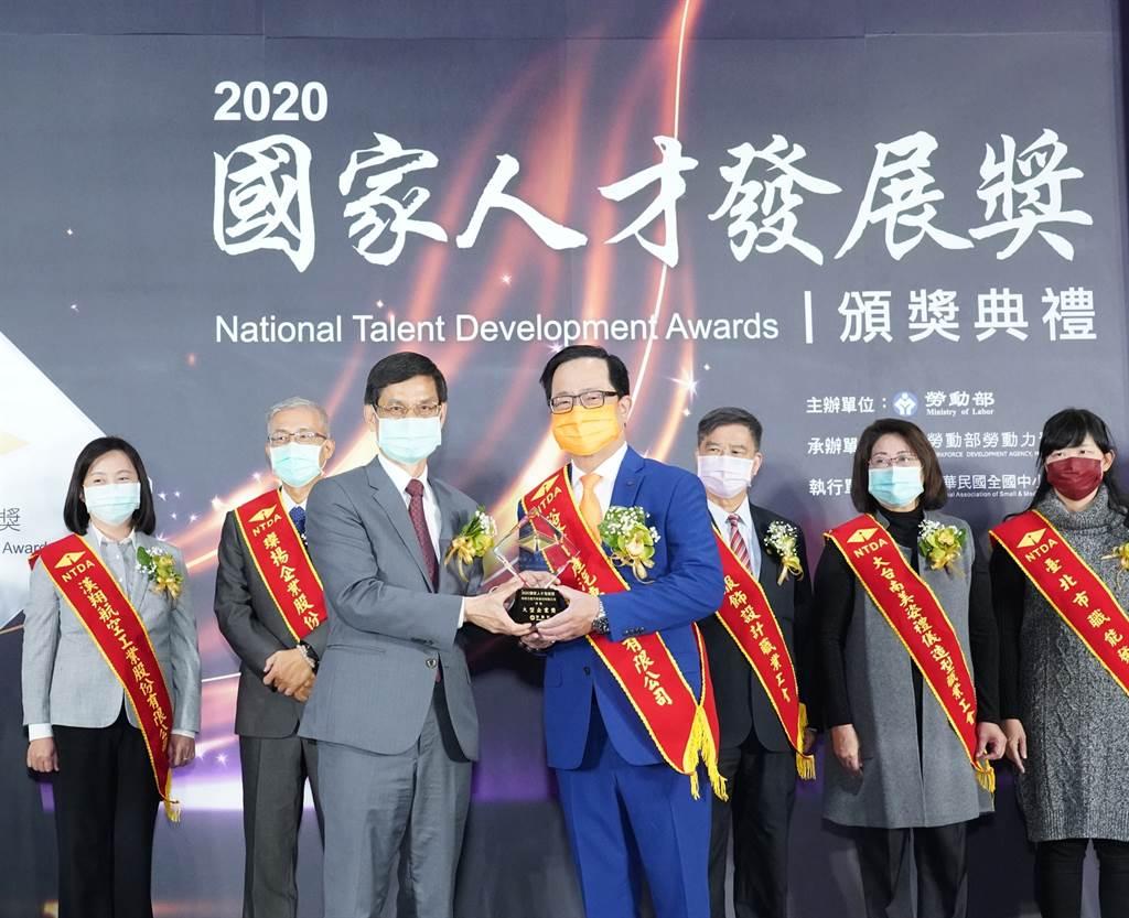裕隆日產汽車榮獲「2020國家人才發展獎」,由行政院林萬億政務委員(前左)親自頒獎,裕隆日產汽車李振成總經理受獎(前右)。