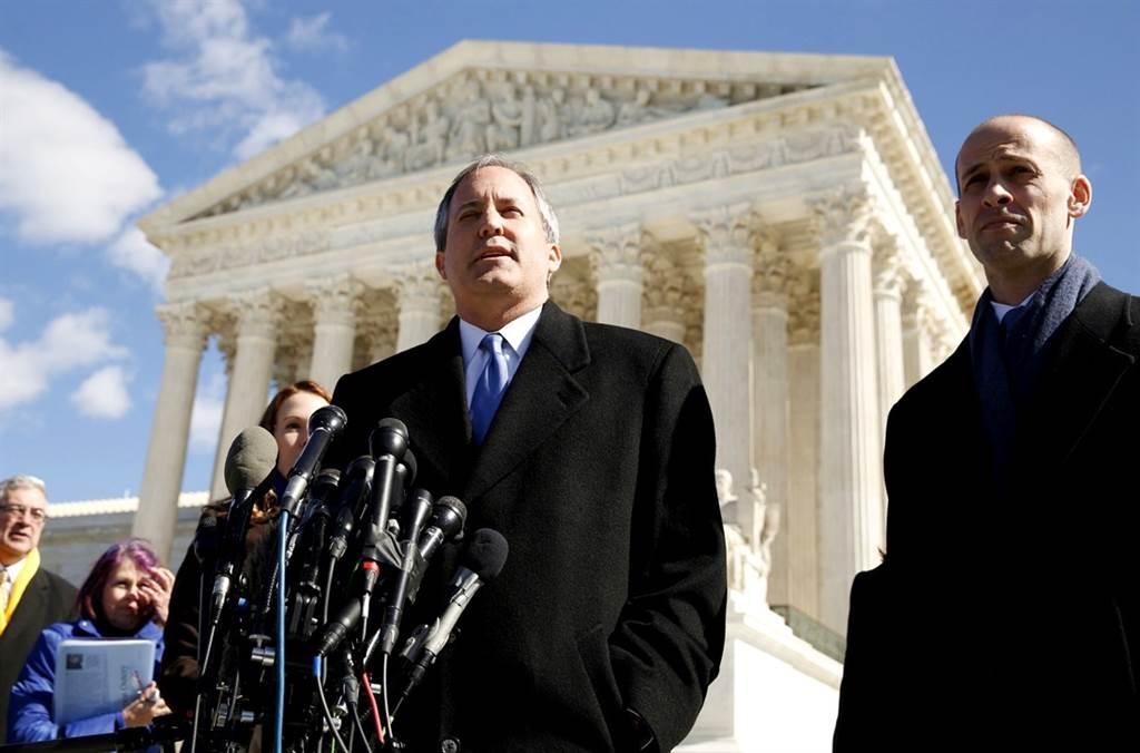 美國共和黨籍德州檢察長派克斯頓(Ken Paxton)(中)帶頭告上聯邦最高法院,意圖翻轉4大搖擺州選舉結果,遭法學專家砲轟訴訟「荒謬」、「可笑」,幾乎可以確定會失敗。(圖/路透社)