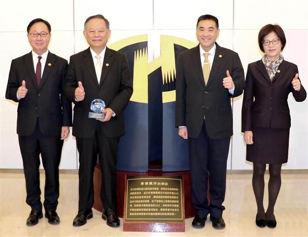 华南银行获台湾循环经济奖新设投资奖项殊荣,左起依序为总经理张振芳、董事长张云鹏、副董事长林知延、副总经理王瑞云。图/华南银行提供