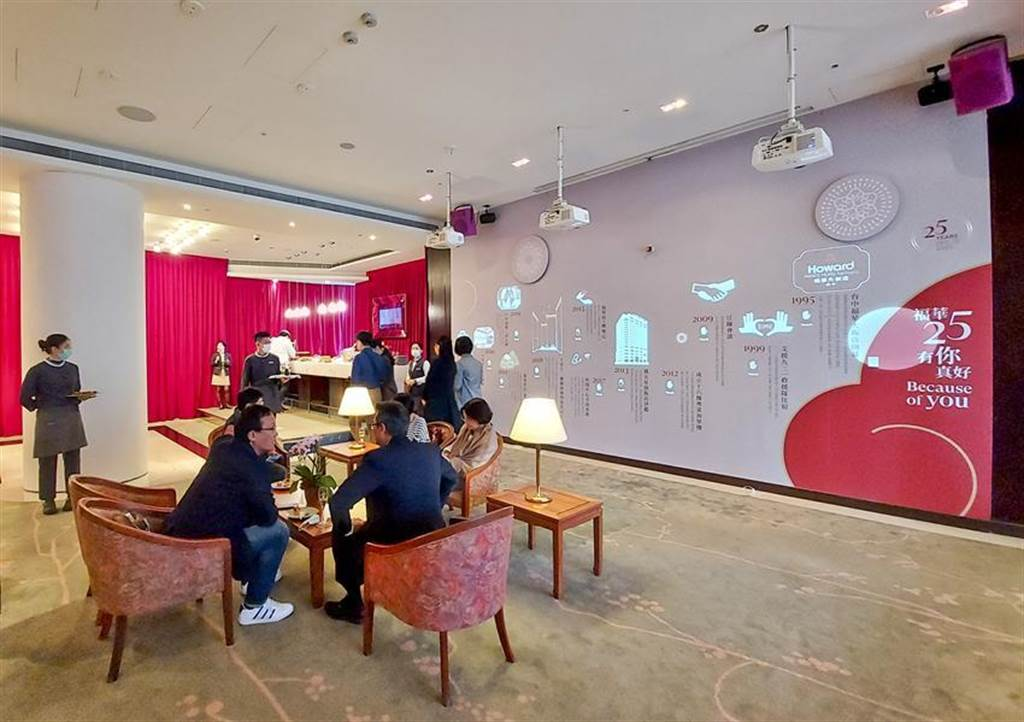 (台中福華大飯店以「25有你真好」推出一系列慶祝活動,更將光雕互動投影展搬進大廳。圖/曾麗芳)