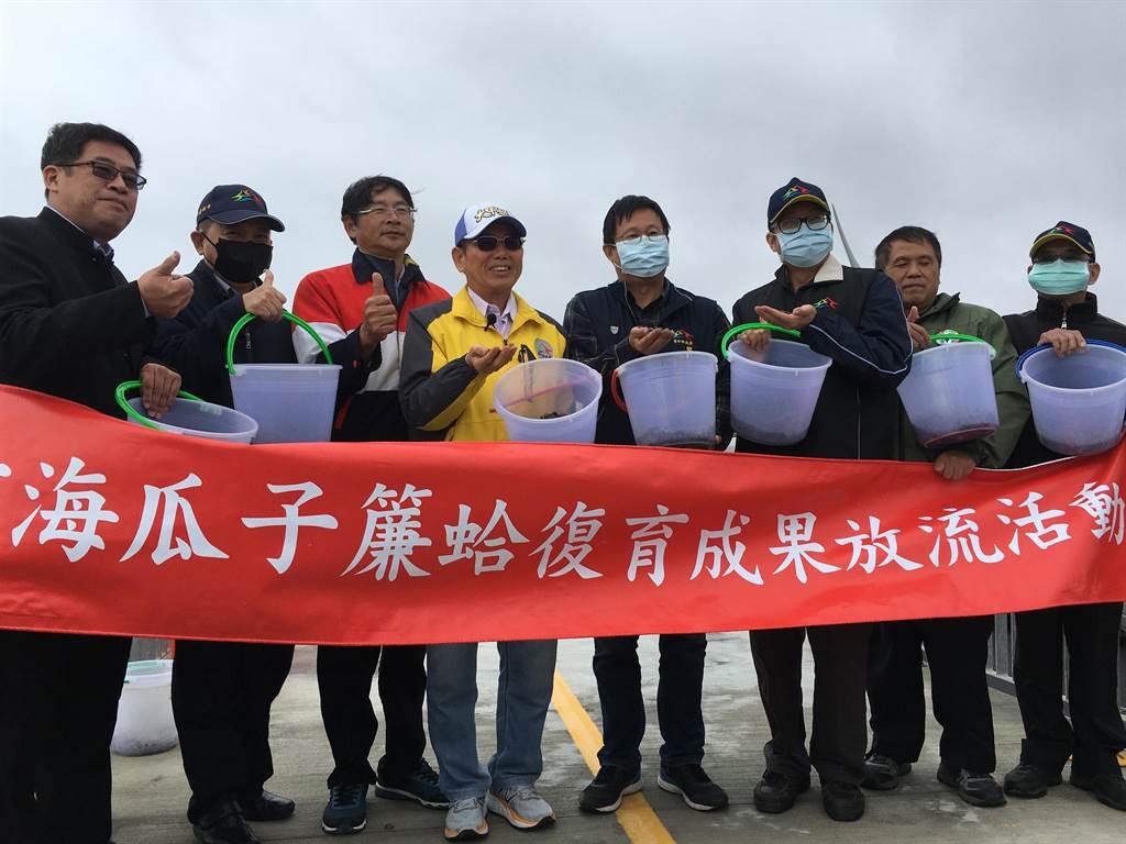 台中市農業局10日於松柏漁港北側船頭埔海堤放流400萬粒種苗。(陳淑娥攝)