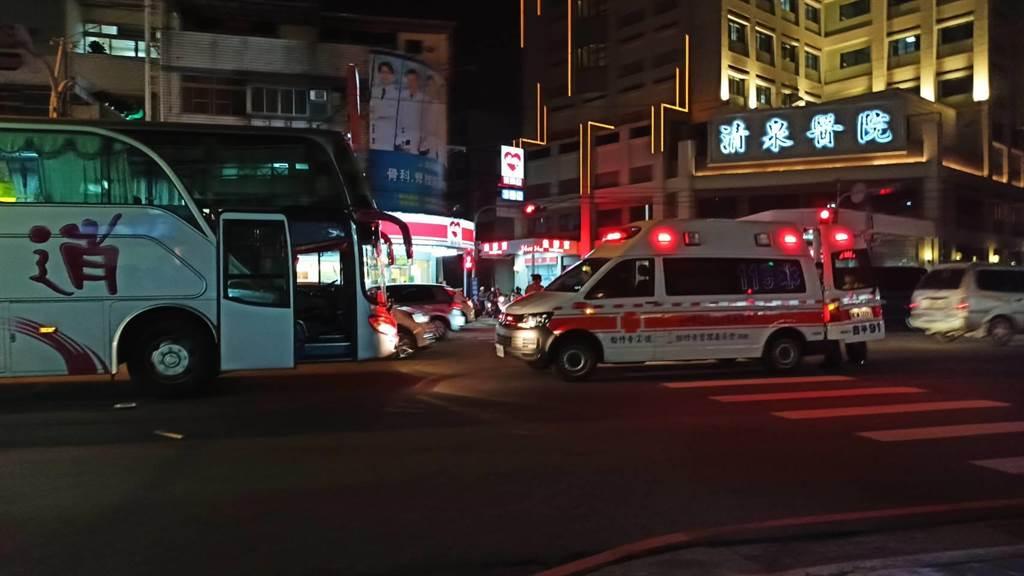 警消將林姓騎士從遊覽車底救出,但已無生命跡象,送一旁清泉醫院急救。(讀者提供/王文吉台中傳真)
