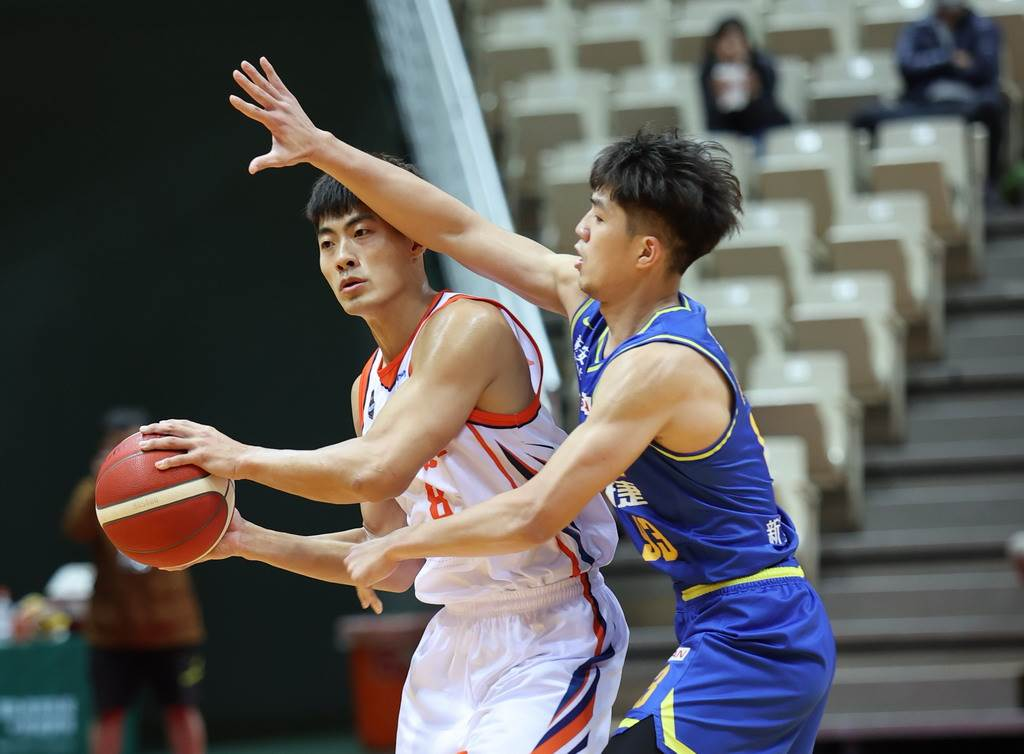邱柏璋(左)是10日首節唯一得分的璞園球員。(中華籃協提供)
