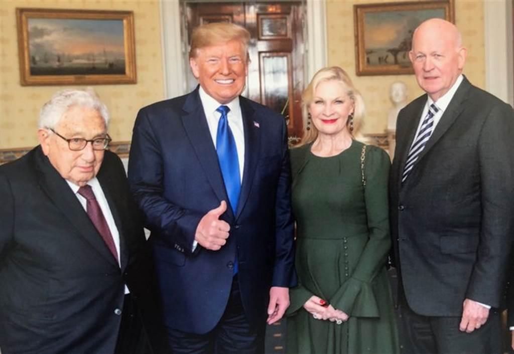 川普今年8月在白宮接見白邦瑞(右1)與季辛吉(左1)。(圖/推特@Michael_Pillsbury)