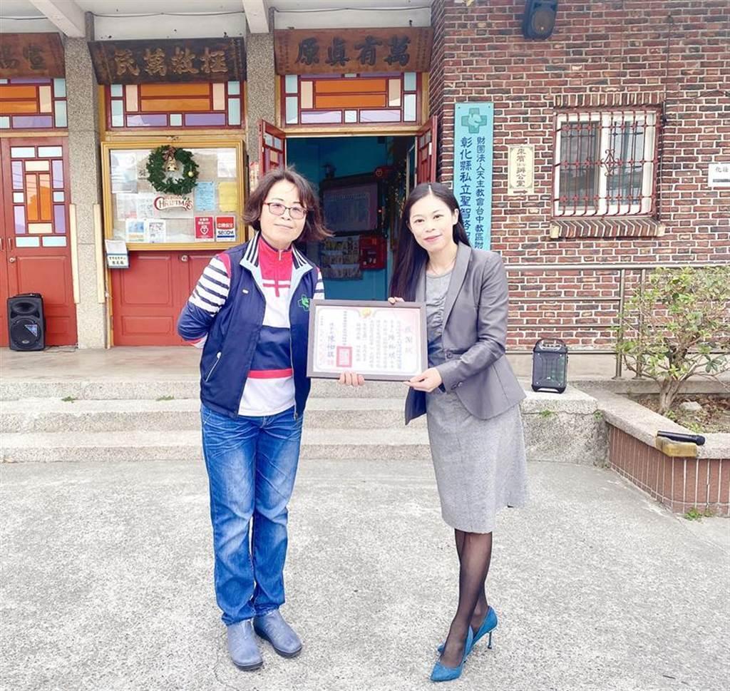 中華存善慢飛天使關懷協會理事長陳袽琪(右),親赴彰化溪州聖智啟智中心,參與捐贈活動。圖/協會提供