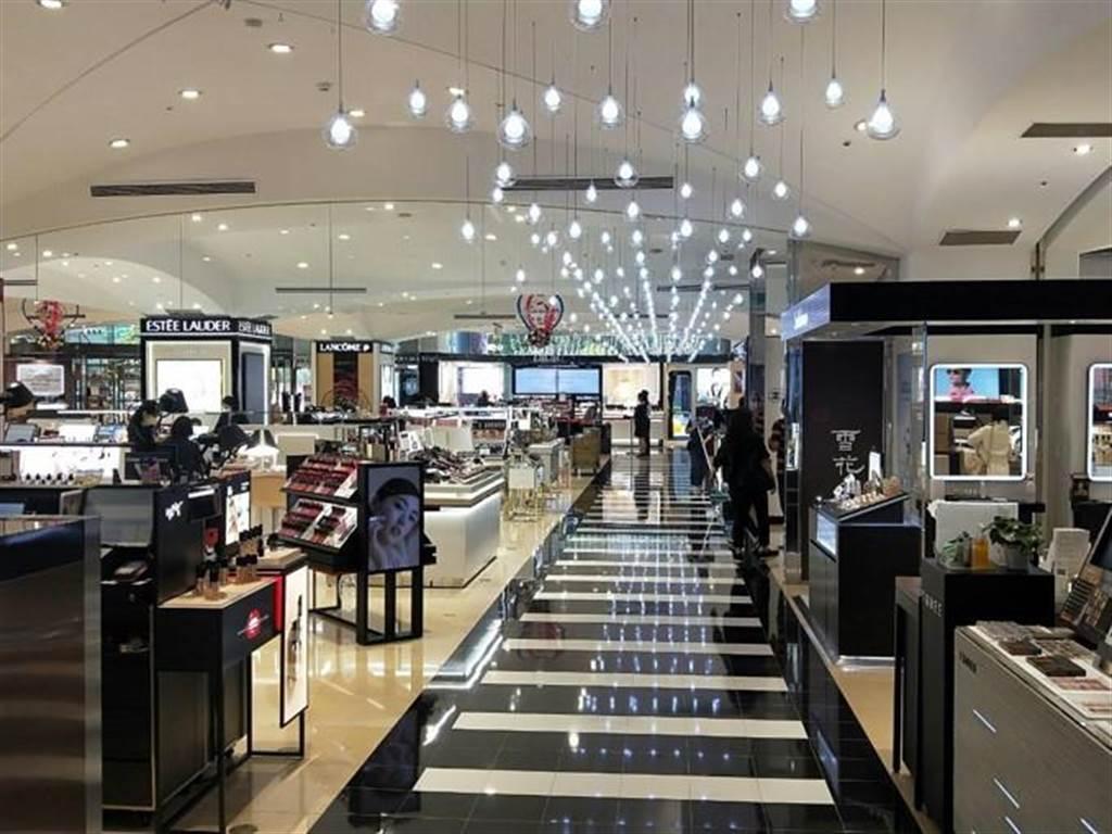 SOGO中壢店今年改裝5個樓層,1樓化妝品區呈現美式都會風格。(SOGO提供)
