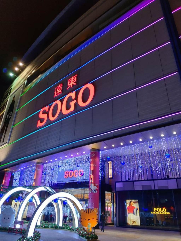 SOGO新竹店館內、外換上耶誕氛圍的裝置藝術。(SOGO提供)