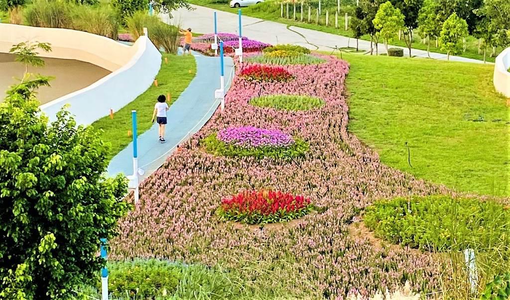台中中央公園占地67公頃,是台北大安森林公園的2.58倍,園內種植萬棵原生樹木、設置12感官體驗設施、智慧路燈及感測器,落實「低碳、智慧、創新」。(台中市府提供/盧金足台中傳真)