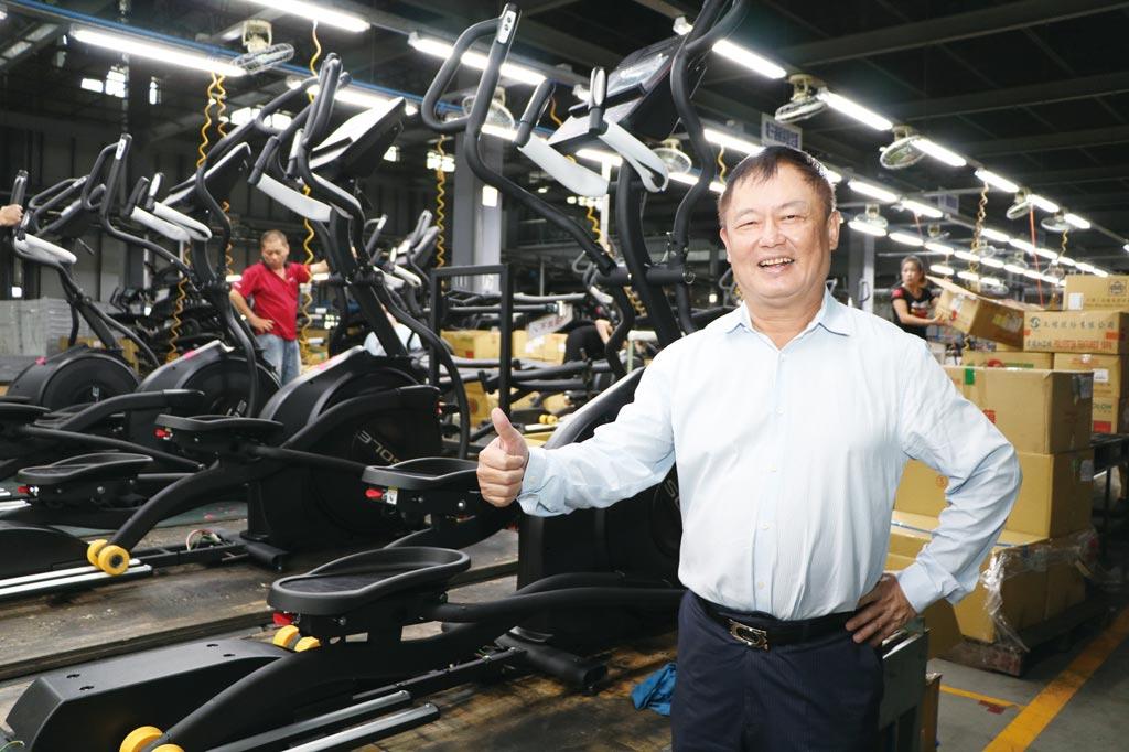 因Sole健身器材訂單大增,岱宇國際董事長林英俊,還親自巡視彰化全興廠的Sole生產線。圖/劉朱松