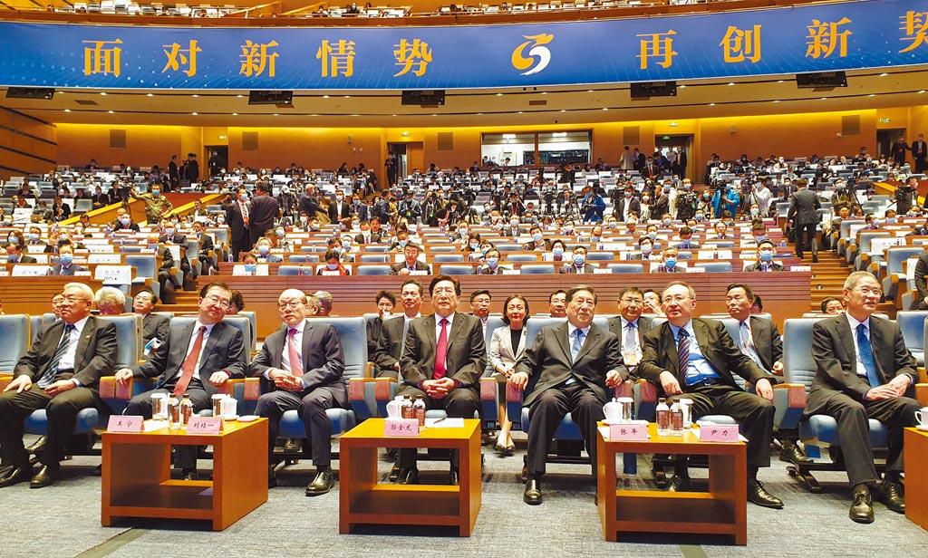 兩岸企業家峰會年會昨在廈門與台北視訊召開。大陸會場設在廈門國際會議中心,出席官員包括海協會長張志軍(右一)、國台辦主任劉結一(左三)、峰會陸方理事長郭金龍(中)。(藍孝威攝)