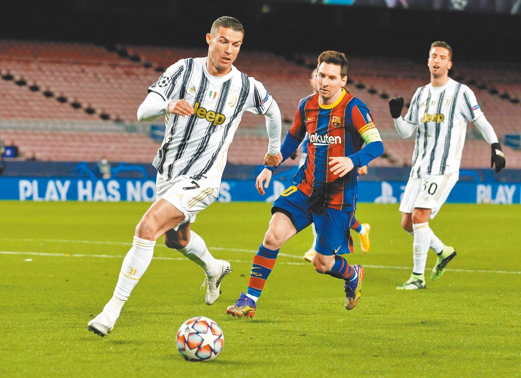C羅(左)帶球推進,梅西(中)緊追不捨,終場C羅率領的尤文圖斯以3比0勝巴塞隆納。(路透)