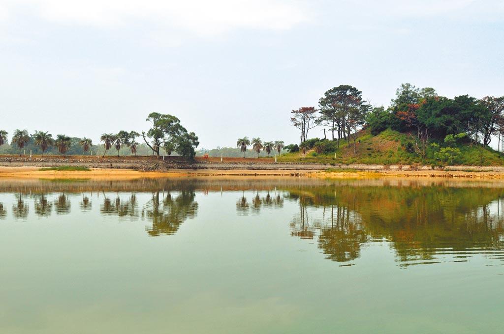 金門連2天下起小雨,太湖出現久旱後的清亮即景。(李金生攝)