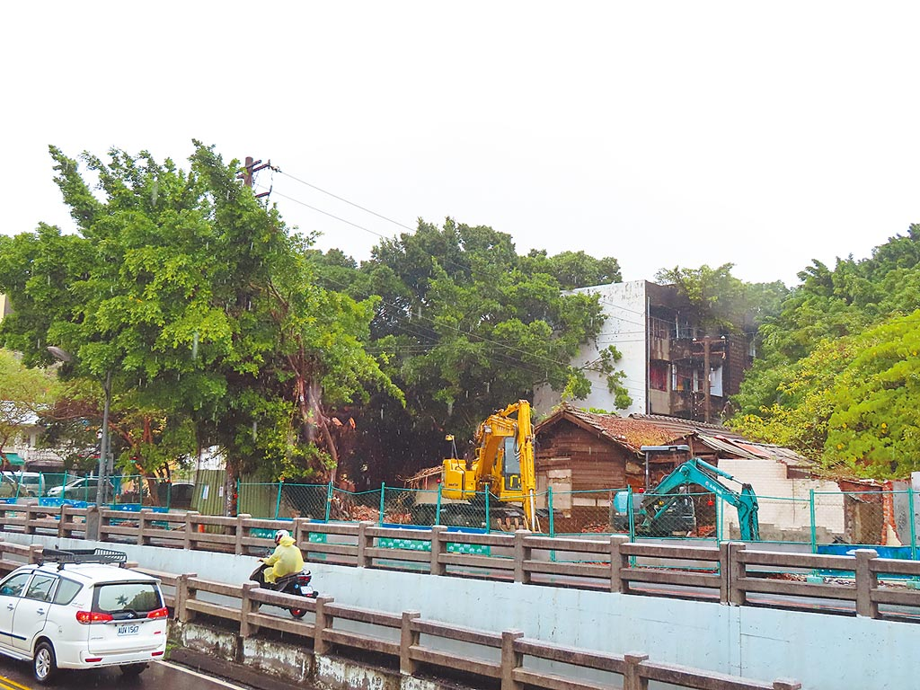 台鐵宿舍群共66棟建築,其中18棟進行拆除中,緊接著投入修復、綠美化刻不容緩。(吳敏菁攝)