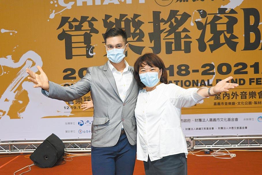 嘉義市長黃敏惠(右)與音樂劇歌手史博威歡迎大家來參加2020國際管樂節。(廖素慧攝)