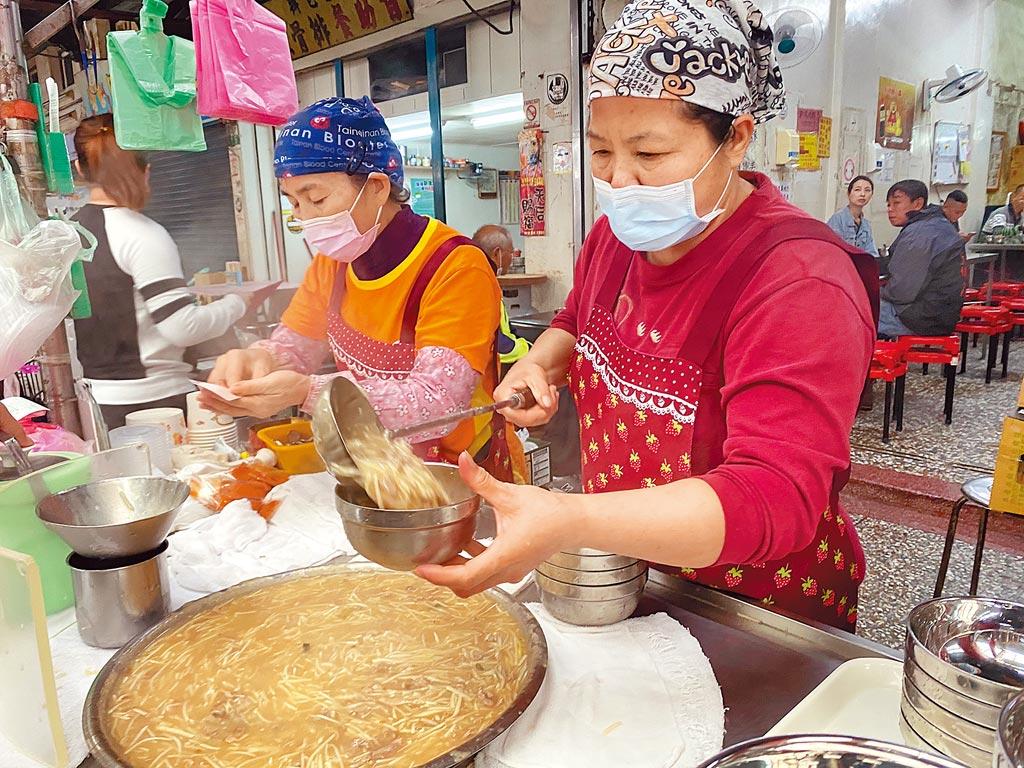 嘉義縣新港鄉知名鴨肉羹將美耐皿碗及一次性餐具全面汰換成不鏽鋼。(張亦惠攝)